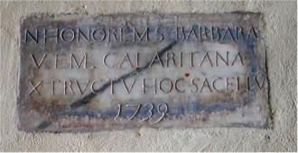 Epigrafe commemorante l'edificazione del corpo cupolato della chiesa di Santa Barbara Vergine e Martire Cagliaritana
