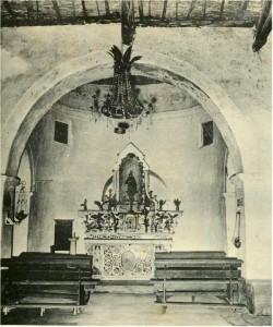 Scorcio d'interni della chiesa di Santa Barbara a Capoterra, in una foto risalente alla fine degli anni Cinquanta
