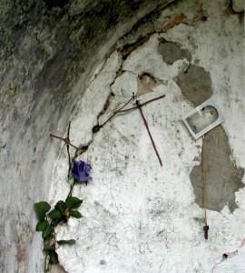 Particolare delle crocette votive, costruite con mezzi di fortuna