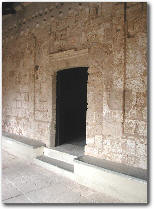 Portale d'accesso sul lato settentrionale, allargato nel 1803 a spese di quello originale