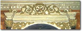 Lo stemma francescano dell'altare settecentesco