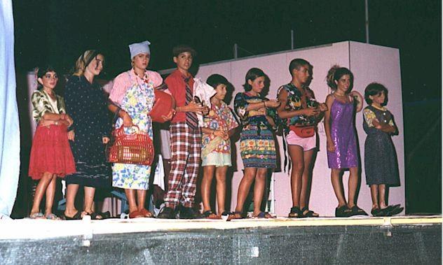 I giovani attori della compagnia teatrale S'acuntenta disijus - 1999